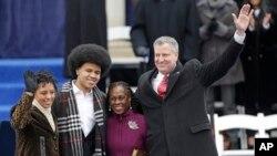 빌 더블라지오 신임 뉴욕 시장(오른쪽)이 1일 가족과 함께 시청 앞에서 열린 취임식에 참석했다.