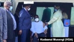 Ju Jikiseni ... Umongameli Emmerson Mnangagwa laye usez wahlatshwa Ijekiseni ye Covid 19.