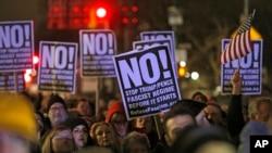 Người biểu tình phản đối ông Trump.