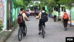 Pelajar di Yogyakarta bersepeda pulang sekolah. (foto: VOA/Nurhadi)