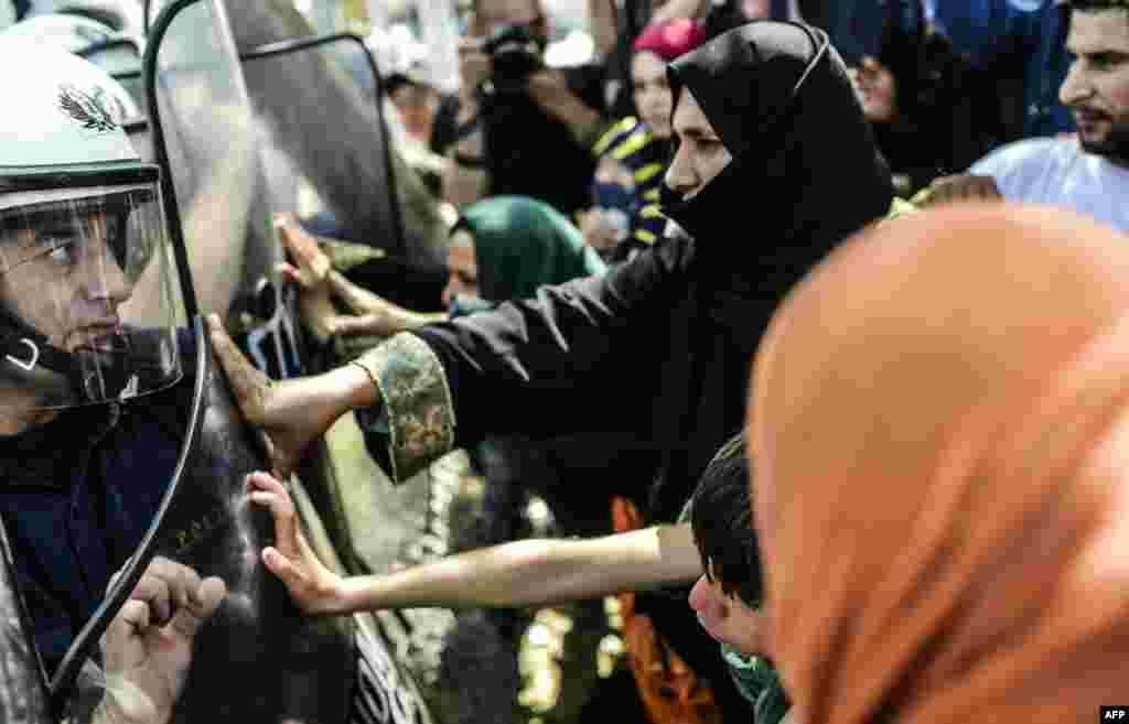 د یونان په شمال کې پناه غوښتونکي د سرحد د بیا پرانیستلو لپاره د اعتراض په وخت کې له پولیس سره د نښتې په حال کې.