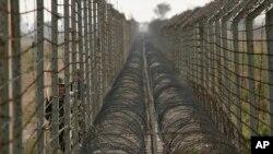 جموں و کشمیر میں ورکنگ باؤنڈری پر لگی باڑ۔ فائل فوٹو