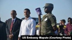 Le ministre mozambicain de l'Environnement Celso Correia, au centre, chargé de la coordination des secours.