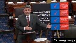 코리 가드너 의원이 10일 상원 전체회의에서 발언하고 있다.