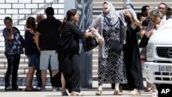 Một người phụ nữ khóc bên ngoài bệnh viện Pasteur ở Nice sau khi biết tin người thân thiệt mạng hôm 16/7.