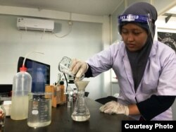 Pengujian laboratorium terhadap sample air sungai Surabaya (Foto: Ecoton).