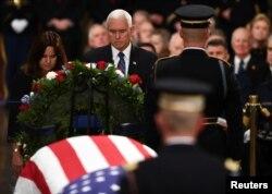 مایک پنس از جمله مقاماتی بود که دوشنبه شب در کنار تابوت بوش ففید در کنگره سخنرانی کوتاهی در تجلیل از او کرد.