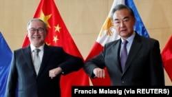 Menteri Luar Negeri China Wang Yi dan Menteri Luar Negeri Filipina Teodoro Locsin Jr., bertemu di Manila, Filipina 16 Januari 2021. (Foto: Francis Malasig via REUTERS)