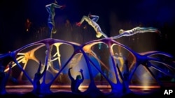 "Anggota-anggota kelompok sirkus Kanada Cirque du Soleil menggelar pertunjukan ""Totem"" di luar kota Washington (foto: Dok)."