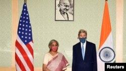 I dërguari special për klimën John Kerry me ministren indiane të financave Nirmala Sitharaman