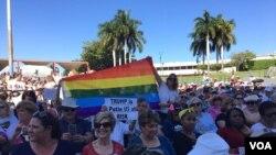 En la capital de Florida, Tallahassee, varias personas participan también de una marcha que concluirá delante del Capitolio estatal. (Foto José Pernalete)