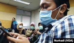 Sejumlah jurnalis mengenakan masker di lingkungan RSUP Dr Sardjito Yogyakarta, meski dipastikan tidak ada kasus virus corona. (Foto:VOA/ Nurhadi)