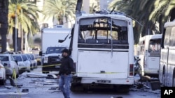Ledakan bom di sebuah bus penumpang menewaskan paling sedikit 12 orang di ibukota Tunis, hari Selasa (24/11).