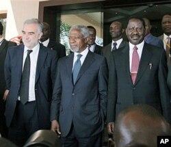 Luis Moreno-Ocampo (à g.) rencontre l'ancien chef de l'ONU Kofi Annan (au c.) et le Premier ministre kenyan Raila Odinga à Nairobi (2 déc. 2010)