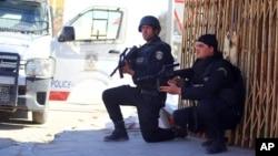 Cảnh sát Tunisia truy lùng những kẻ tấn công vẫn đang lẩn trốn ở ngoại ô Ben Guerdane, Tunisia, ngày 8 tháng 3 năm 2016.