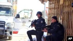 Les forces de sécurité tunisiennes prennent position lors d'une opération contre contre des jihadistes près de Ben Guerdane, Tunisie, 8 mars 2016.