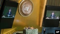 12일 미국 뉴욕 유엔 본부에서 의장국 슬로바키아의 미로슬라브 라이착 외무장관이 72차 유엔 총회 개막을 알리고 있다.