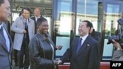 Người đứng đầu công tác cứu trợ nhân đạo của Liên Hiệp Quốc, bà Valerie Amos, và Thứ trưởng Ngoại giao Bắc Triều Tiên Pak Kil Yon tại Bình Nhưỡng, ngày 17/10/2011