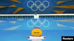 Un balón de water polo flota en la piscina de la sede de este deporte olímpico en Londres. Por primera vez, no se compartirá piscina con la natación.