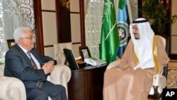 عکس آرشیوی از دیدار محود عباس رئیس تشکیلات خودگردان فلسطینی با ملک سلمان در جده، که در آن زمان ولیعهد سعودی بود - تابستان ۲۰۱۴