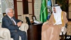 Presiden Palestina Mahmoud Abbas (kiri) dalam pertemuan dengan Putra Mahkota Arab Saudi Salman bin Abdulaziz di Jeddah, Arab Saudi (18/6).