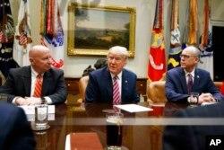 川普总统在白宫罗斯福室会晤国会共和党议员,讨论医保改革问题。(2017年3月10日)