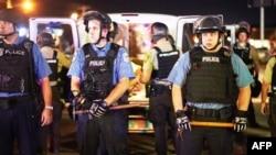 10일 미국 미주리 주 퍼거슨 시에서 경찰이 경계근무를 서고 있다.