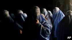 خو افغان مېرمنې دا ویرې هم څرگندوي چې که چېرې امریکايي ځواکونه د افغانستان څخه وځي، نړیواله ټولنه د افغانستان سره خپلې مرستې کوي او طالبان بیا قوي کېږی نو د مېرمنو گټې به وروسته لاړې شي