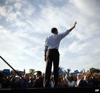 Tổng thống Barack Obama vẫy chào người ủng hộ tại cuộc vận động tranh cử ở trường trung học McArthur tại Hollywood, Florida, ngày 4/11/2012.