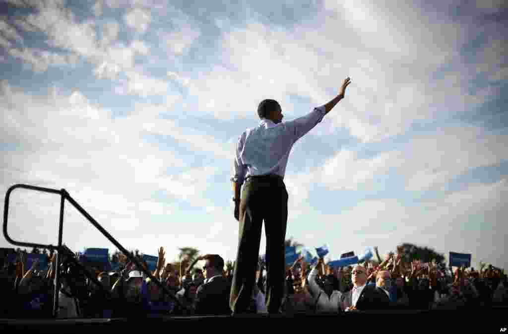 Prezident Barak Obama kampaniya nümayişində tərəfdarlarına əl yelləyir. McArthur orta məktəbi, Hollywood, Florida, 4 noyabr, 2012.
