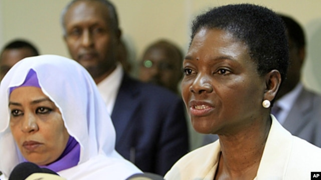 UN Under-Secretary General for Humanitarian Affairs Valerie Amos (R) speaks during a joint news conference with Sudanese Social Welfare Minister Amira al-Fadel Mohamed (L) in Khartoum, January 4, 2012.