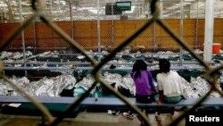 Nogales, Arizona'da özel bir tesiste tutulan kaçak yabancı çocuklardan ikisi Dünya Kupası'nı izliyor
