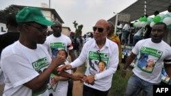 L'opposant Georges Ouegnin (C), lors de la campagne pour les élections législatives, à Cocody, district d'Abidjan, le 7 décembre 2011.