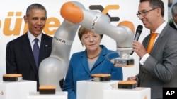 El presidente Barack Obama y la canciller Angela Merkel recorrieron la feria de Hanover y se detuvieron en locales de firmas innovadoras estadounidenses.