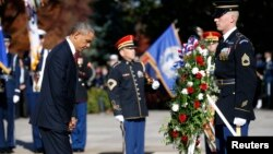 Presiden AS Barack Obama meletakkan karangan bunga di Taman Makam Pahlawan Arlington, Virginia pada Hari Veteran (11/11).
