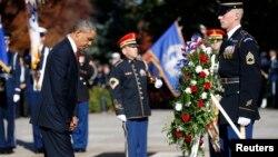11일 미국 '재향 군인의 날'을 맞아 버지니아주 알링턴 국립묘지에서 기념행사가 거행된 가운데, 바락 오바마 대통령이 참석해 묵념하고 있다.