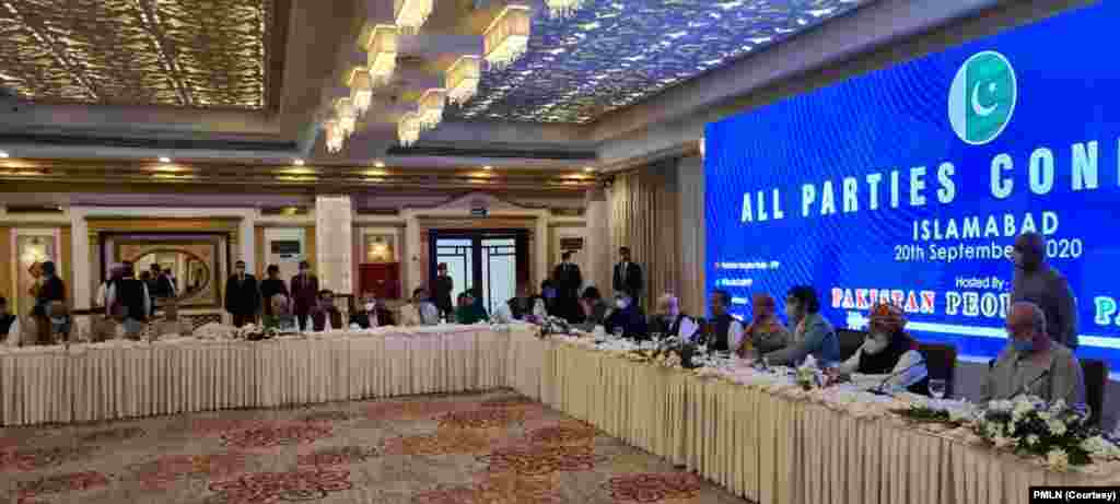 آل پارٹیز کانفرنس میں اپوزیشن کی 11 جماعتیں شریک ہوئیں۔ اپوزیشن رہنماؤں کا کہنا ہے کہ کانفرنس کا ایجنڈا حکومت مخالف متفقہ حکمتِ عملی ترتیب دینا ہے۔