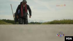 旅居瑞士藏人歌手洛騰南林拖一口象徵西藏緩慢死去的棺材,從伯爾尼走到日內瓦的旅程。(視頻截圖)