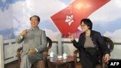 想跟毛泽东近距离接触吗?很容易。从不吸烟的美国之音记者何宗安,也在毛的蜡像 旁拿起烟卷,跟他照了一张合影