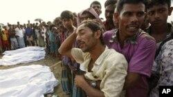 বাংলাদেশে লঞ্চডুবিতে লোকজনের শোক প্রকাশ