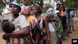 Des électrices devant un bureau de vote à Luanda, Angola, 31 août 2012.