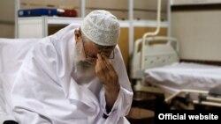 آیتالله علی خامنهای رهبر جمهوری اسلامی ایران در حال نماز در بیمارستان - ۲۰ شهریور ۱۳۹۳