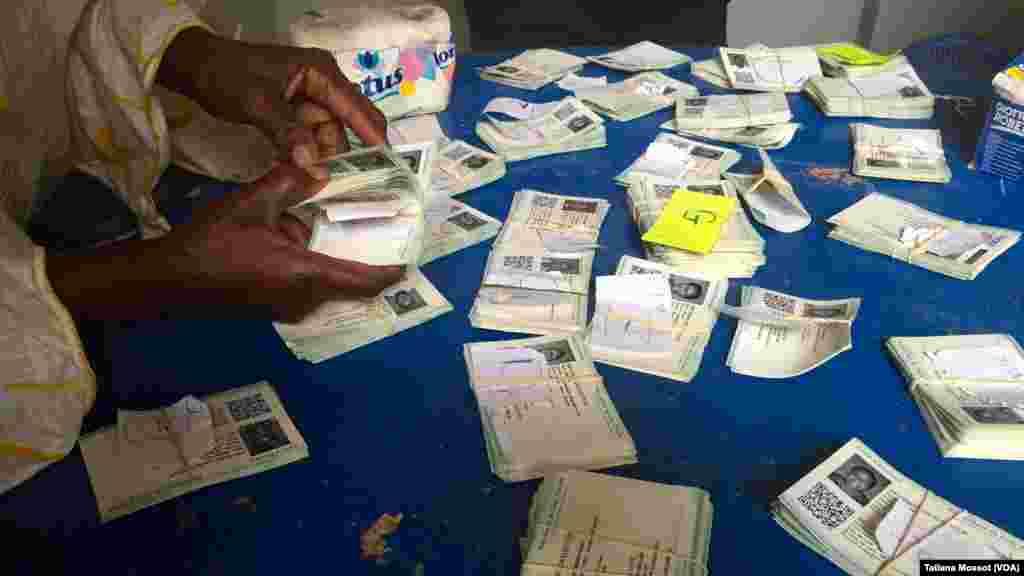 A Cocody, des électeurs ivoiriens cherchent leurs cartes, parfois en vain.