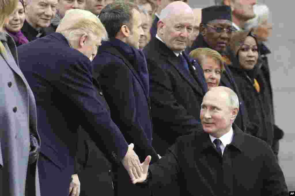 در حاشیه جشن صد سالگی پایان جنگ جهانی اول، پرزیدنت دونالد ترامپ و ولادیمیر پوتین رئیس جمهوری روسیه با هم احوالپرسی می کنند.
