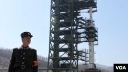 올해 4월 북한이 발사 평안북도 동창리 발사장의 장거리 미사일 '은하 3호'. (자료사진)