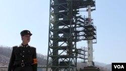 지난 2014년 4월 광명성 3호를 쏘아올리기 위해 서해위성발사장에 설치됐던 '은하-3' 로켓 모습. (자료사진)