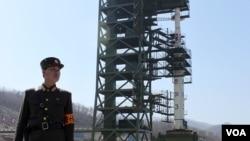 지난 2012년 4월 북한이 외부 언론에 공개한 동창리 미사일 발사장. 당시 발사에 최종 실패한 '은하3호' 로켓이 장착돼있다.(자료사진)