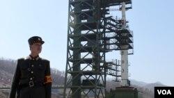 지난해 4월 북한 평안북도 동창리 발사장의 장거리 미사일 '은하 3호'.