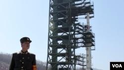 지난 2012년 4월 광명성 3호를 쏘아올리기 위해 서해위성발사장에 '은하-3' 로켓이 설치되어 있다. (자료사진)