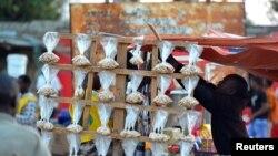 Venda de castanha, Catembe, Maputo. REUTERS/Grant Lee Neuenburg